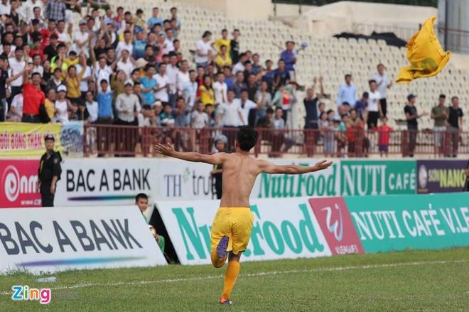 Tuyen thu U23 Viet Nam Phan Van Duc giup SLNA thoat nhom cuoi bang hinh anh 4