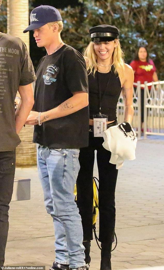 Miley Cyrus di choi voi ban trai anh 1