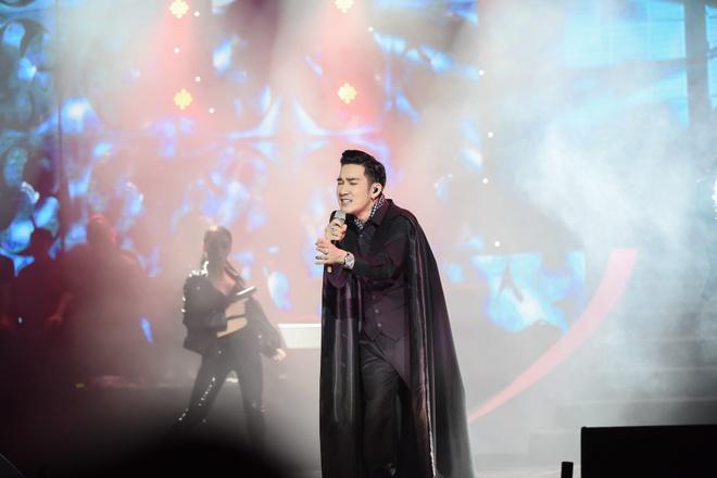 Tuan Hung hat khong lay cat-xe trong show Quang Ha hinh anh 7