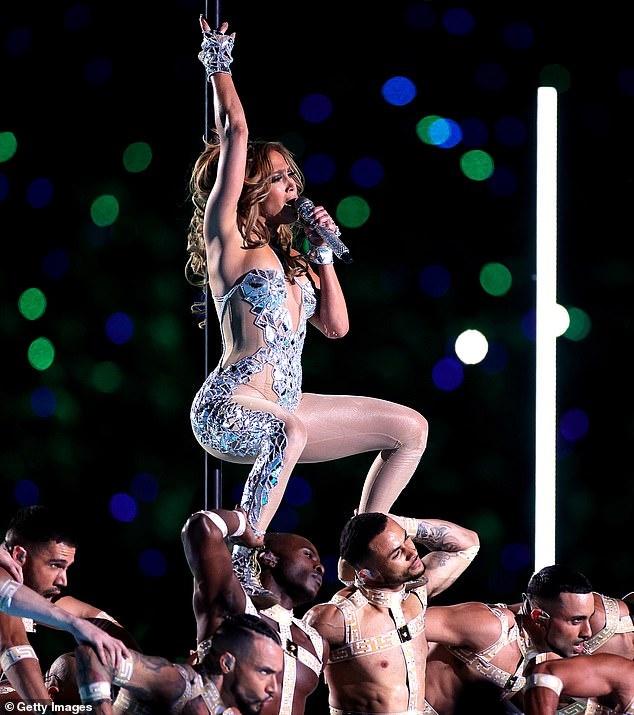 230 bo vay, 143 doi giay va phia sau man mua cot cua Jennifer Lopez hinh anh 1 24245054_7960899_It_takes_an_army_An_eye_watering_213_costumes_were_stitched_toge_m_30_1580733771308.jpg