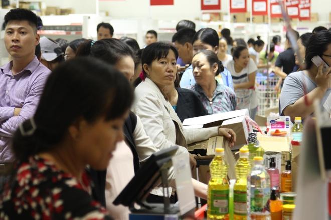 Chen lan mua hang giam gia 50% truoc ngay Auchan dong cua hinh anh