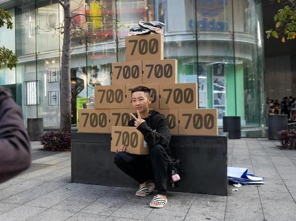 Ban tre Sai Gon phan khich khi mua duoc Yeezy 700 sau 10 ngay xep hang hinh anh
