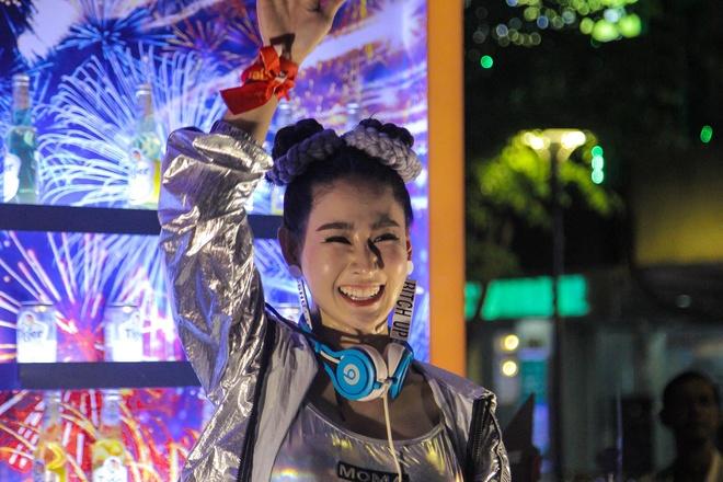 Nu DJ o pho di bo Nguyen Hue khuay dong khong khi tran Viet Nam - UAE hinh anh