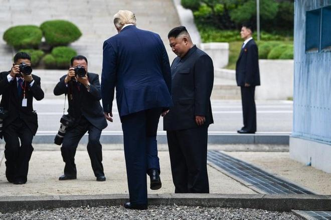 Tong thong Trump den DMZ anh 2