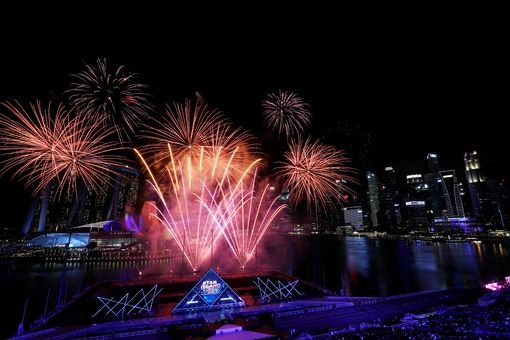 The gioi buoc sang nam moi 2020 trong phao hoa va chay rung hinh anh 38 0_Fireworks_explode_over_Marina_Bay_during_New_Years_Eve_celebrations_in_Singapore.jpg