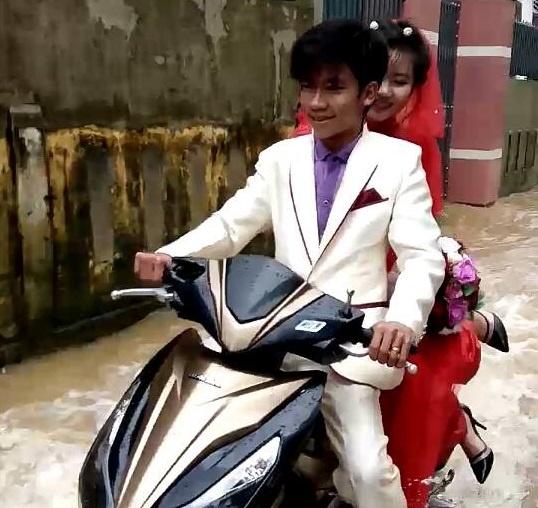 Khach vui ve nhay mua trong dam cuoi ngap nuoc o Quang Binh hinh anh 1