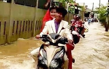 Khach vui ve nhay mua trong dam cuoi ngap nuoc o Quang Binh hinh anh