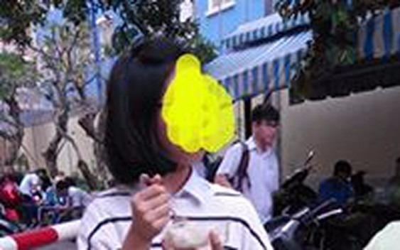 Hoc sinh dung com chieu giua san truong: Sao phai kho the? hinh anh