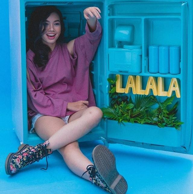 Co gai xinh dep thu hut dan mang voi ban cover 'Lalala' hinh anh 1