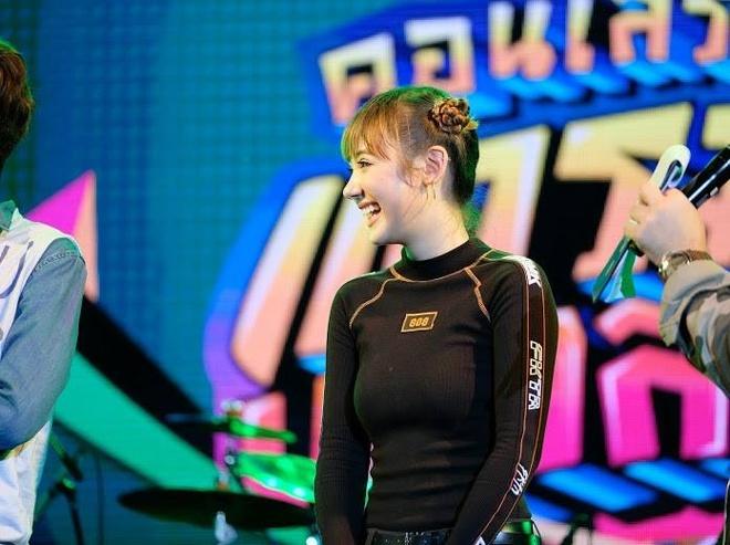 Hot girl Thai hat 'Beo dat may troi' bat ngo khoe anh mac ao dai hinh anh 3