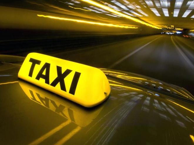 Chuyen taxi day tinh nguoi cua vo chong ngheo om con di kham benh hinh anh