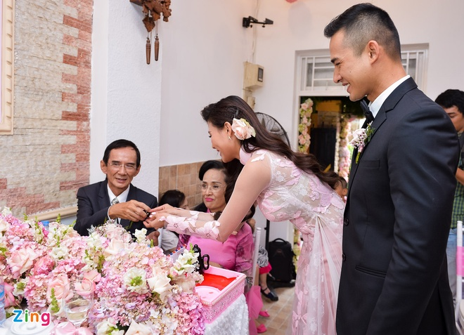 Luong The Thanh hon tay Thuy Diem trong le dinh hon hinh anh 13