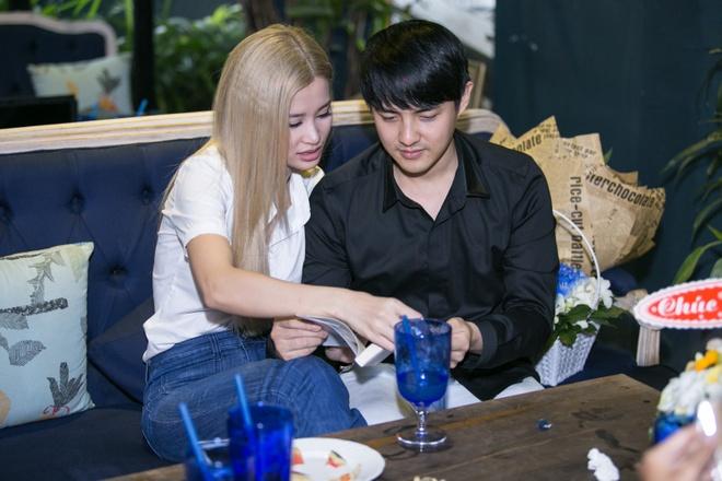 Dong Nhi - Ong Cao Thang quan quyt nhau trong su kien hinh anh 2