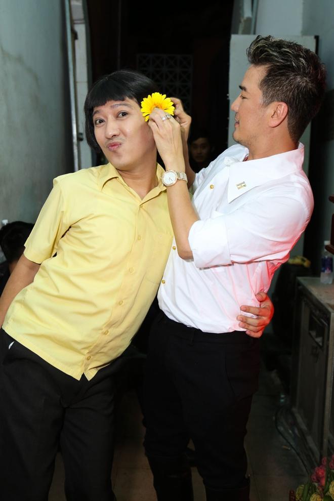 Dam Vinh Hung cham soc Hoai Linh hinh anh 2