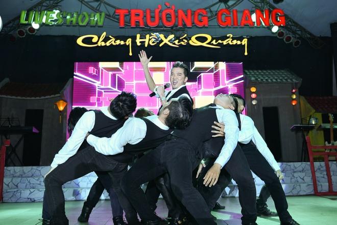 Dam Vinh Hung cham soc Hoai Linh hinh anh 4