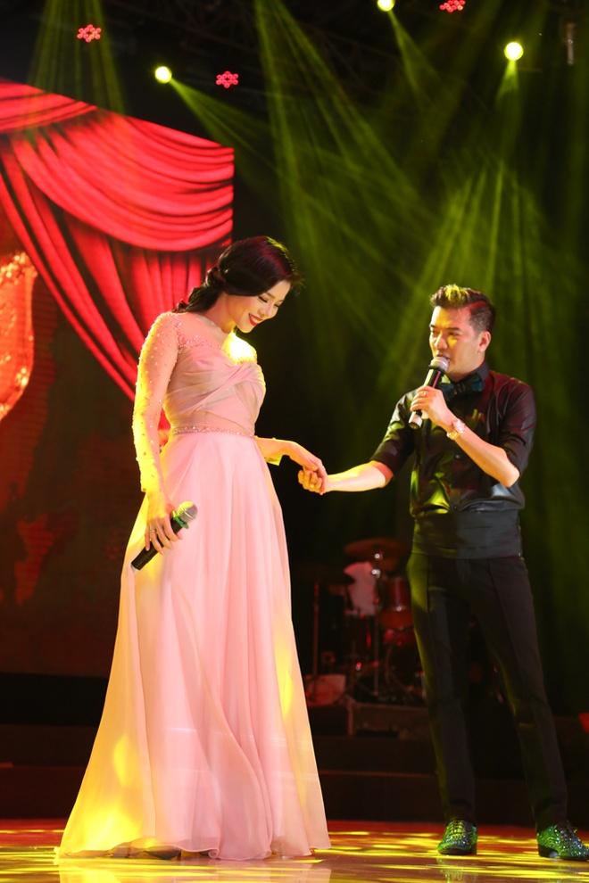 Dam Vinh Hung cham soc ve ngoai cho dan em hinh anh 8