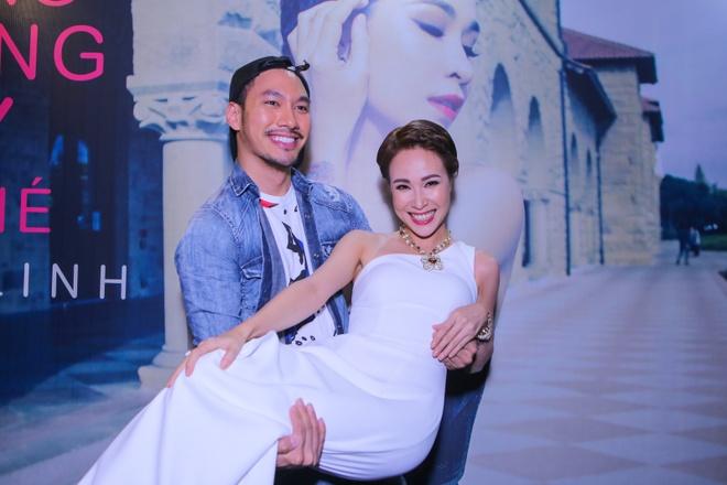 Uyen Linh duoc Quoc Thien be bong trong hop bao hinh anh 7