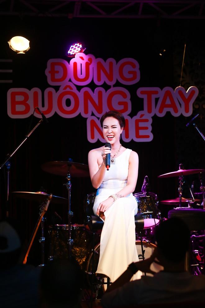 Uyen Linh duoc Quoc Thien be bong trong hop bao hinh anh 8
