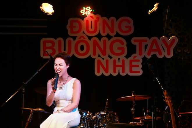 Uyen Linh duoc Quoc Thien be bong trong hop bao hinh anh 9