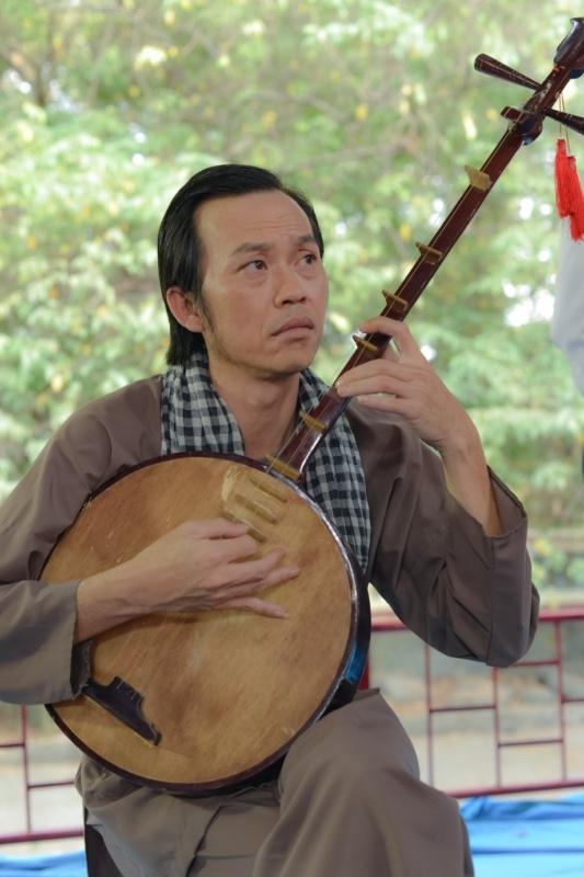 Hoai Linh lam soan gia ganh hat tren phim hinh anh 1