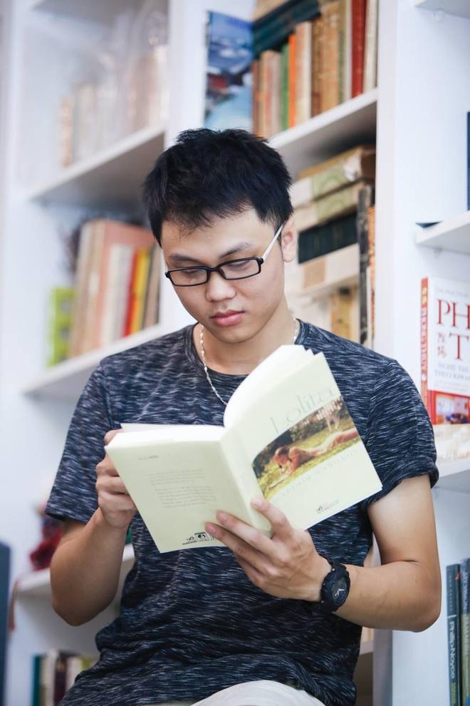 Doc sach ben hoa va khong gian ngat huong thom hinh anh 9 Book Nest là điểm đến yêu thích của blogger Thỏ Bảy Màu. Không chỉ đến đây mỗi ngày để đọc sách, anh còn có thú vui đến  để đăng những câu chuyện vui của mình lên trang mạng.