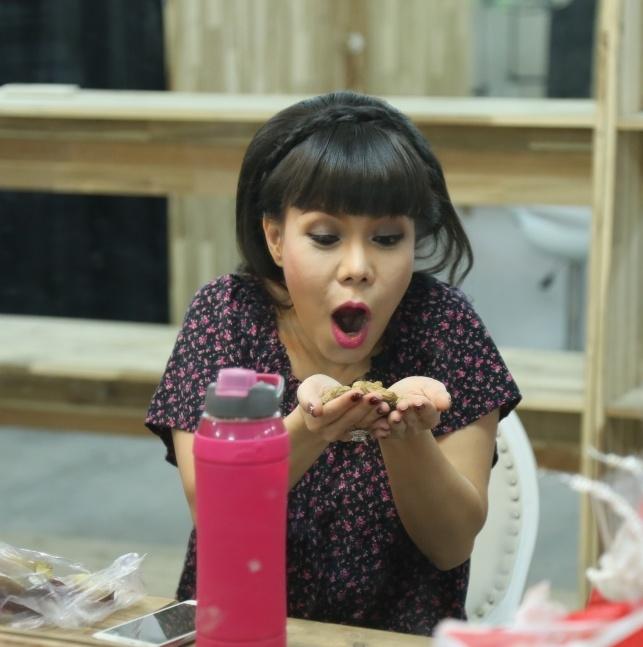 Viet Huong an khoai luoc o hau truong hinh anh 1