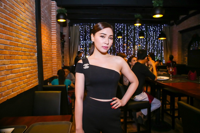 Phan Thi Mo dien trang phuc dong dieu ben Doan Thanh Tai hinh anh 4