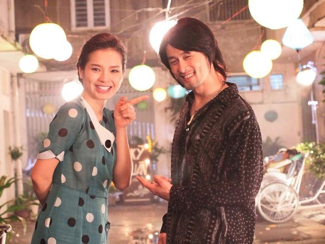 Johnny Tri Nguyen hen ho voi Phuong Trinh Jolie trong phim hinh anh