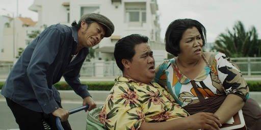 Hoai Linh oan minh dap xich lo trong phim Tet hinh anh