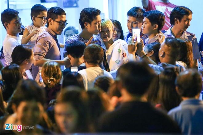 Nha Phuong lien tuc om Truong Giang khi di an dem hinh anh 8