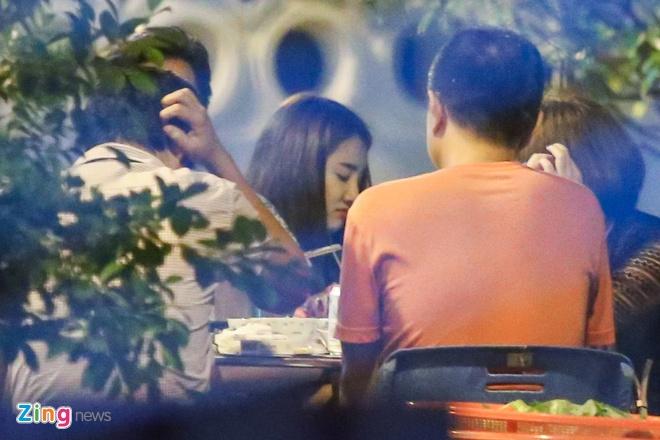 Nha Phuong lien tuc om Truong Giang khi di an dem hinh anh 2