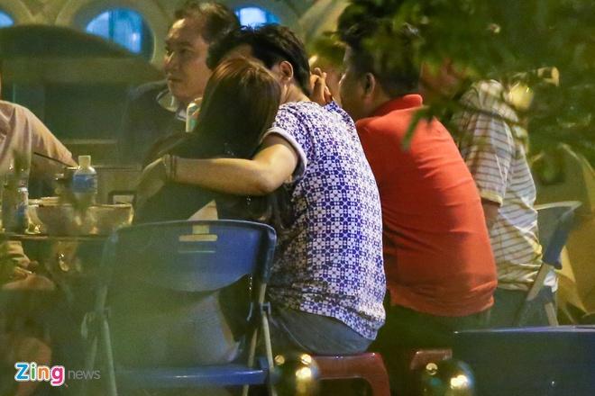 Nha Phuong lien tuc om Truong Giang khi di an dem hinh anh 6
