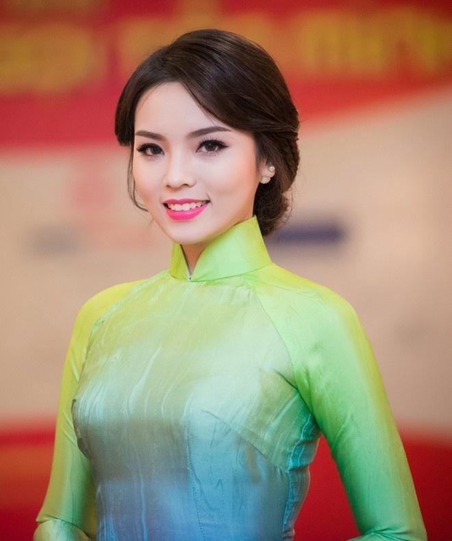 Hoa hau Ky Duyen lam giam khao cuoc thi Duyen dang ao dai hinh anh 1