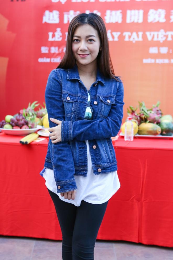 Dan sao TVB quay phim ngay khi dat chan toi Viet Nam hinh anh 5
