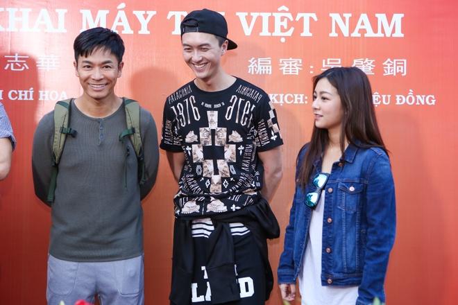 Dan sao TVB quay phim ngay khi dat chan toi Viet Nam hinh anh 6