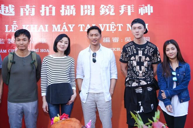 Dan sao TVB quay phim ngay khi dat chan toi Viet Nam hinh anh 9
