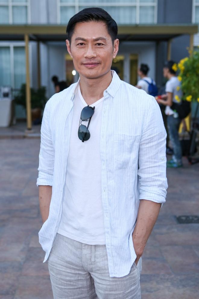 Dan sao TVB quay phim ngay khi dat chan toi Viet Nam hinh anh 4