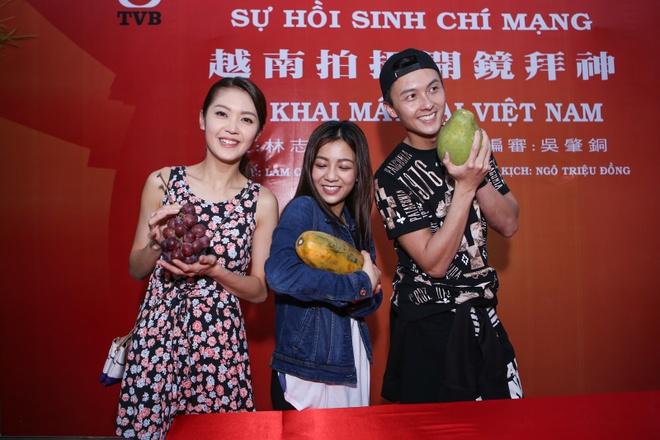 Dan sao TVB quay phim ngay khi dat chan toi Viet Nam hinh anh 8