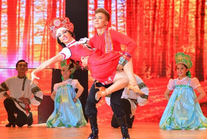 Giam khao nhan xet doi lap trong ban ket Vip Dance hinh anh 1