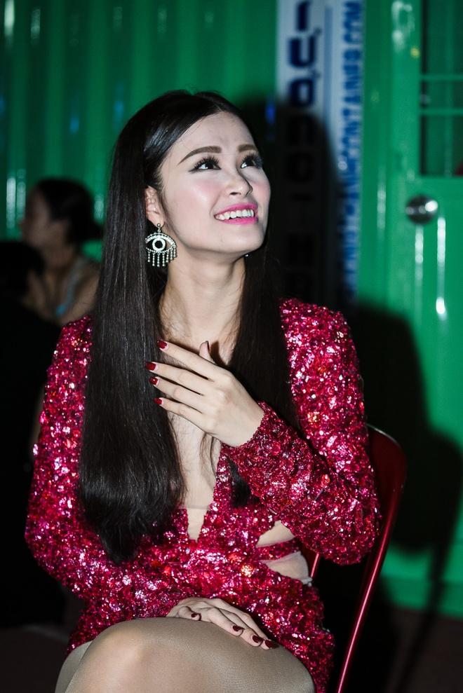 Chong Tay dua Thu Minh di dien mac on ao chuyen nha dat hinh anh 6