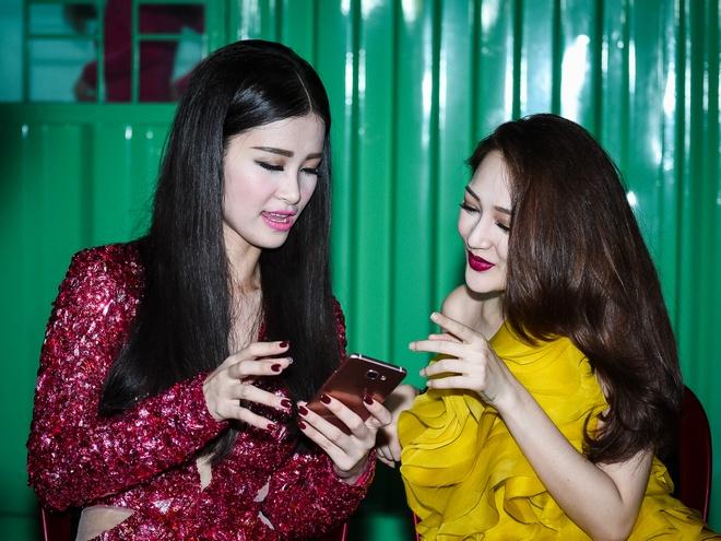Chong Tay dua Thu Minh di dien mac on ao chuyen nha dat hinh anh 7