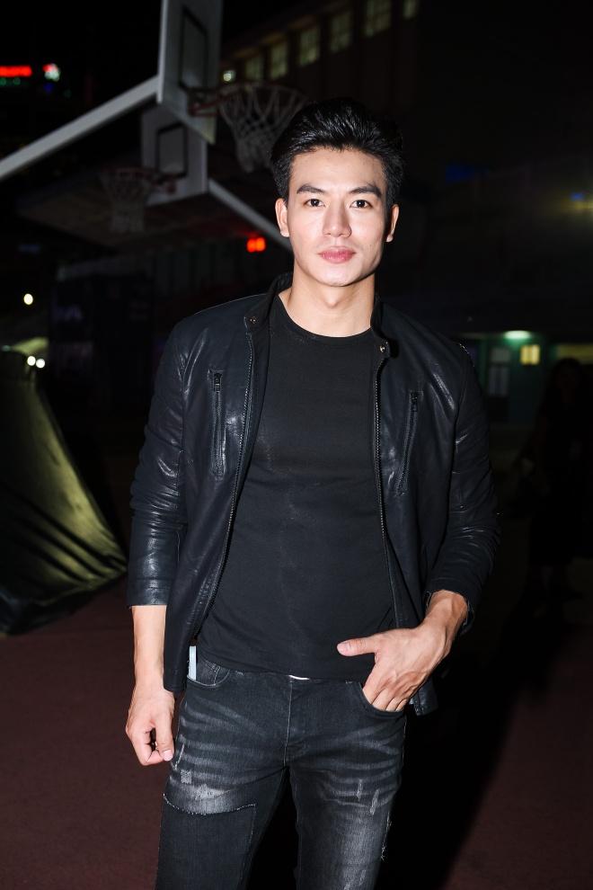 Chong Tay dua Thu Minh di dien mac on ao chuyen nha dat hinh anh 12
