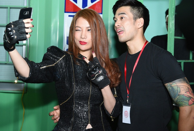 Chong Tay dua Thu Minh di dien mac on ao chuyen nha dat hinh anh 5