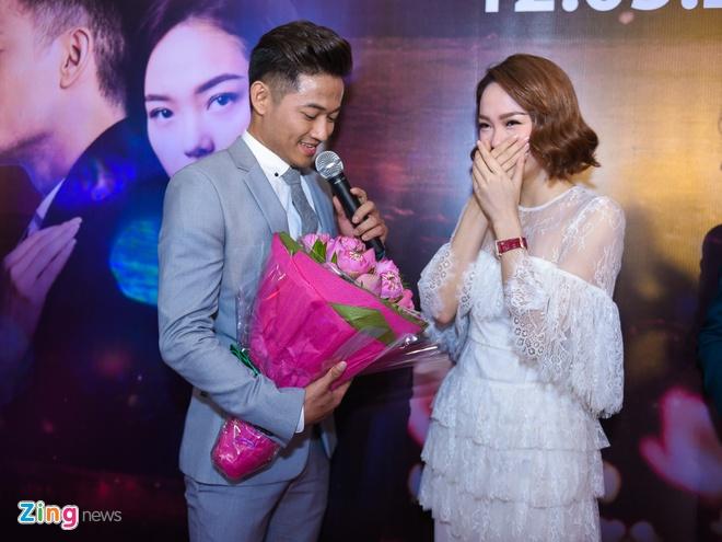 Quy Binh hon say dam Minh Hang khi gioi thieu phim hinh anh 3