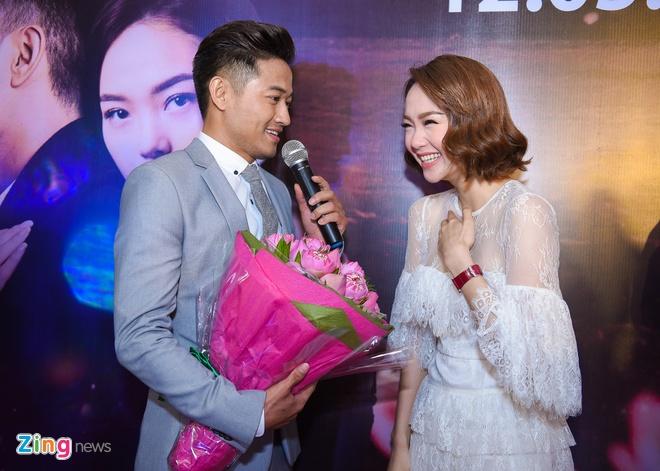 Quy Binh hon say dam Minh Hang khi gioi thieu phim hinh anh 4