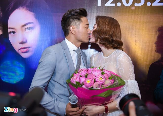 Quy Binh hon say dam Minh Hang khi gioi thieu phim hinh anh 5
