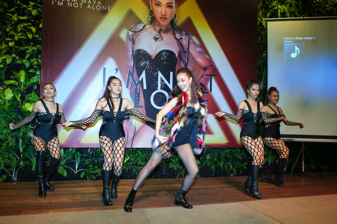 Ban gai Cuong Do La tang hoa Maya trong buoi ra mat album hinh anh 13
