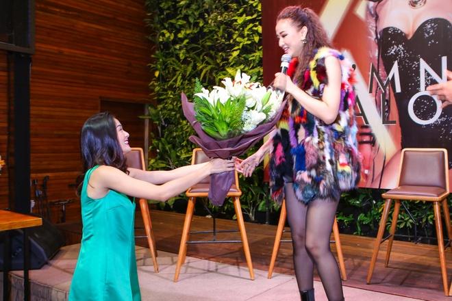 Ban gai Cuong Do La tang hoa Maya trong buoi ra mat album hinh anh 3