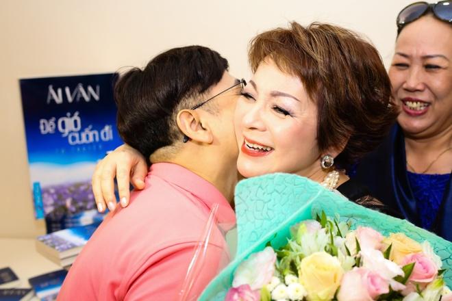NSUT Thanh Loc mung ca si Ai Van ra mat hoi ky hinh anh 2