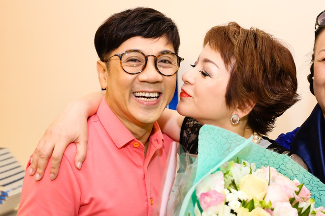 NSUT Thanh Loc mung ca si Ai Van ra mat hoi ky hinh anh 3